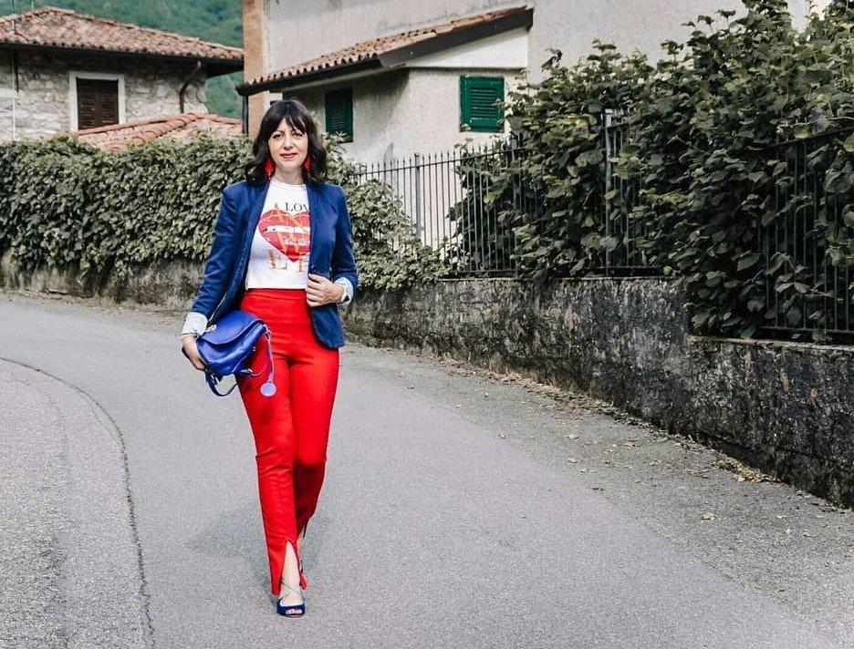 Isabella The Fashion Cherry Diary Indossa paio di pantaloni rossi e una giacca blu - Come abbinare pantaloni rossi