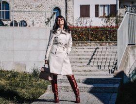 Isabella The Fashion Cherry Diary indossa un trench beige chiaro con stivali color tabacco e una borsa rosa cipria
