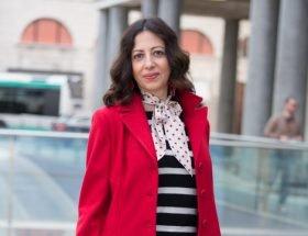 Isabella The Fashion Cherry Diary indossa un maglione a righe abbinato con un foulard a pois rossi. Come abbinare le fantasie