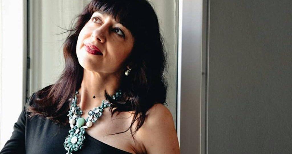 Isabella The Fashion Cherry Diary indossa una collana verde di cristalli