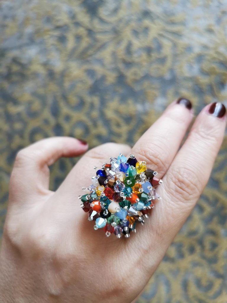 Anello grande di cristalli indossato sulla mano - The Fashion Cherry Diary