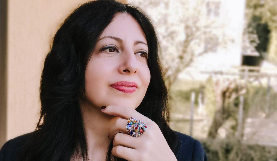 Isabella The Fashion Cherry Diary indossa un anello grande e sorride - Come abbinare un anello grande