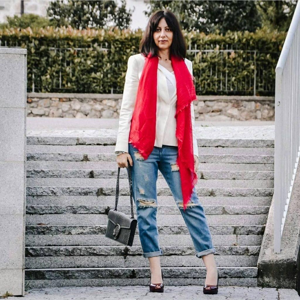 Isabella The Fashion Cherry Diary Indossa dei jeans strappati, una giacca bianca e un foulard rosso. Come abbinare un foulard rosso