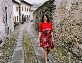 Isabella The Fashion Cherry Diary Indossa un abito con corpetto rosso, con una fascia rossa e una fantasia a fiori Come abbinare un abito rosso